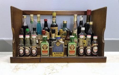 Liquori e amari mignon con espositore in legno
